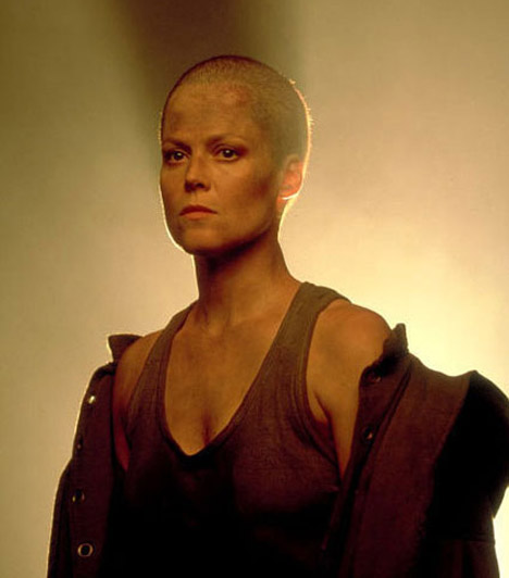 Sigourney Weawer                         Az egyébként is erős vonásokkal rendelkező színésznőt az Alien-filmekben láthattuk kopaszon, szálkás testével igencsak férfias jelenség volt.