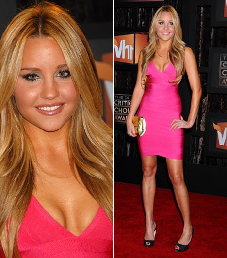 Amanda Bynes  A kaliforniai szőkeség tinisztárként kezdte karrierjét, így zsenge kora ellenére már tucatnyi vígjátékot tudhat maga mögött. A Miről álmodik a lány? és a Könnyű nőcske sztárja szereti, ha nézik, ezért a 14. Critics Choice Awardsra is egy látványos szettben érkezett - pink Herve Lager ruhája csajos és dögös volt egyszerre, szépen kihangsúlyozta Amanda formás idomait.  Kapcsolódó cikk: Szörnyen vágyik a feltűnésre! Túl szűk ruhába préselte magát a színésznő »