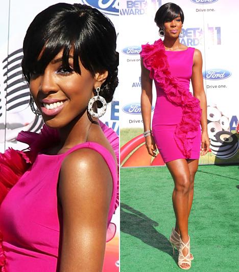 Kelly Rowland                         A Destiny's Child oszlopos tagja, Kelly Rowland igazán szexis és élénk megjelenéssel hódított a nemrég megrendezett, 2011-es BET Awardson. Az énekesnő - akit májusban meghívtak zsűrinek a brit X-Faktorba - egy pink Marchesa Notte miniruhában érkezett a díjátadóra.                         Kapcsolódó cikk.                         Ez aztán a fellépőruha! Átlátszóban állt közönsége elé az ismert énekesnő »