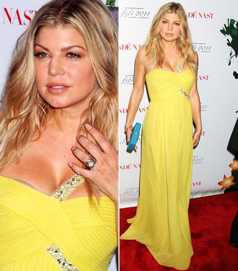 Fergie  A Black Eyed Peas dögös énekesnőjének nagy kedvence a sárga. A 2011-es Grammy-díjátadóra halvány citromsárga ruhában, a New York-i FiFi-gála vörös szőnyegére pedig csodás vaníliaszínű estélyiben érkezett. A kövecskékkel díszített Max Azria Atelier-kreáció igazán egyedi megjelenést kölcsönzött a csinos sztárnak.  Kapcsolódó sztárlexikon: Ilyen volt, ilyen lett: Fergie »