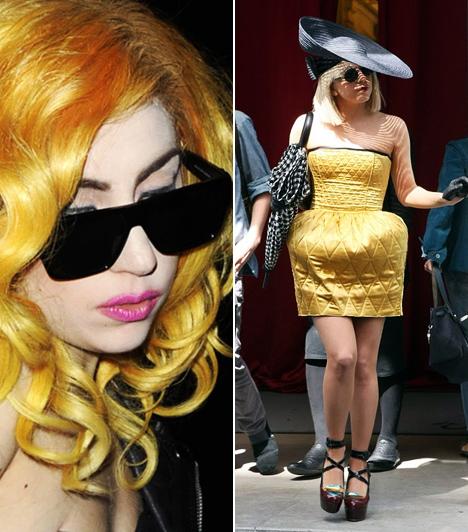 Lady GaGa  Az extravagáns énekesnő számára nem létezik olyan szín, ami tabu lenne, különösen ha feltűnő, rikító árnyaltról van szó. A Born This Way előadója új lemeze megjelenésére például sárgára festette a haját, korábban pedig ezzel a kanárisárga buborékszoknyával örvendeztette meg párizsi rajongóit.  Kapcsolódó cikk: Ez már megszállottság! Lady GaGa csúnyán túllőtt a célon őrült öltözékével »