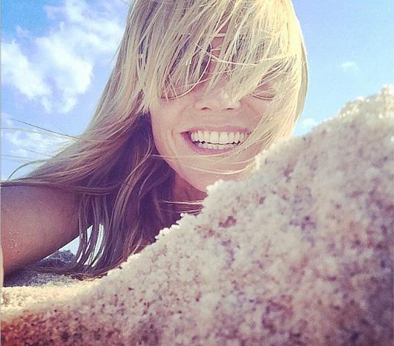 Heidi Klum a tengerparton ejtőzött, amikor megosztott néhány fotót a világgal: az egyiken bikiniben fekszik a homokban, ezen a másikon pedig belenevet a kamerába.
