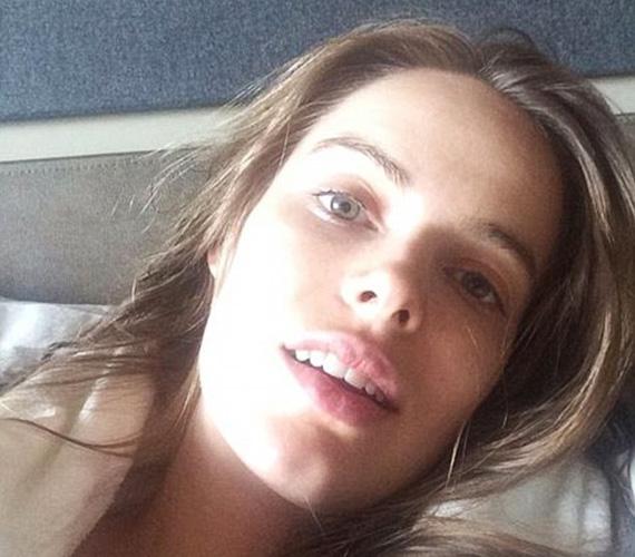 Robin Lawley ausztrál modell egy hosszú és fárasztó repülőút után, Londonból posztolta a smink nélküli fotót a rajongóinak.