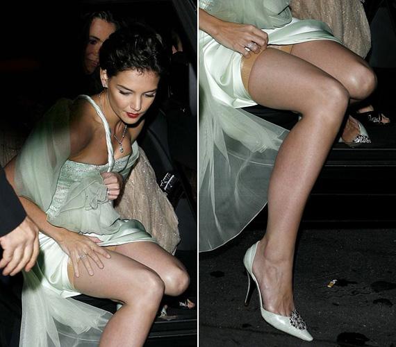 Katie Holmesot 2007-ben kapták le a párizsi Giorgio Armani Fashion Show-ra érkezvén, amikor is képtelen volt úgy kiszállni az autóból, hogy ne villantsa ki a Spanx nadrágját a selyem estélyi alól.