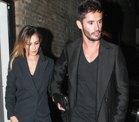 Senki sem értette, mi vitte rá Cheryl Cole énekesnőt, hogy hozzámenjen egy köztudottan léha életmódot folytató francia playboyhoz, Jean-Bernard Fernandez-Versinihez, alig néhány hónap ismeretség után. Mindenesetre a titkos esküvő 2014. július 7-én megtörtént, az idő meg majd megmutatja, mennyire lesz tartós.