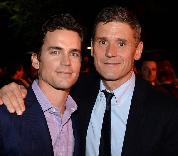 Matt Bomer színész csak 2014-ben árulta el, hogy valójában már három éve örök hűséget fogadott párjának, Simon Hallsnak, akivel három fiút is nevelnek. Bomer a nyilvánosság előtt 2010-ben vallotta be, hogy meleg.