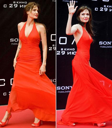 Angelina Jolie                         Amióta túl van a vadóc korszakán, és Brad Pitt oldalán megtalálta a boldogságot, a vörös szőnyegen is a stílusos eleganciára szavaz a meghökkentés helyett. Azért nőiességét nem rejti véka alá: a Salt ügynök című akciófilmje moszkvai premierjére például egy pillekönnyű Versace-ruhában érkezett. De az orosz rajongók akkor vadultak be igazán, amikor kedvencük az anyanyelvükön köszöntötte őket egy Dobrij vecser!-rel, azaz Jó estét!-tel.