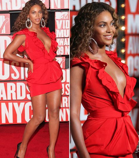 Beyoncé                         Beyoncé bőrszínéhez kifejezetten jól áll a csillogó, élénkpiros ruha, melyet a 2009-es MTV Video Music Awards alkalmából viselt. Bár a felsőrész remekül hangsúlyozta dekoltázsát, az énekesnő vastag combjaihoz jobban illet volna egy kicsit hosszabb szoknya.                         Kapcsolódó cikk:                         Csak egy hónapja szült! Beyoncé szűk, vörös ruhában ment a koncertre »