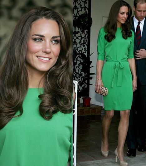 Kate Middleton  Katalin hercegnő észak-amerikai körutazásán számtalan gyönyörű ruhát felvonultatott, ez a zöld Diane Von Fürstenberg-kreáció is egy volt közülük. Kate napbarnított bőréhez és gesztenyebarna hajához a legelőnyösebb árnyalatot választotta, a fűzöld, masnis övvel díszített, Maja fantázianévre keresztelt ruhának óriási sikere lett.  Kapcsolódó cikk: Nem ijedt meg! Katalin hercegnő lenge ruháját kis híján fellebbentette a szél »