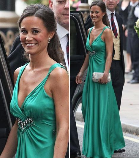 Pippa Middleton  Katalin hercegnő bájos húga, Pippa Middleton divattörténelmet írt ezzel a smaragzöld selyem estélyivel, melyet nővére esküvői fogadásán viselt. Az Alice Temperley tervezte, könnyed szabású ruhaköltemény másolatát azóta már több üzletben is árulják Angliában.  Kapcsolódó cikk: Feltűnően szexis! Pippa Middleton színpompás ruhában sétált Londonban »