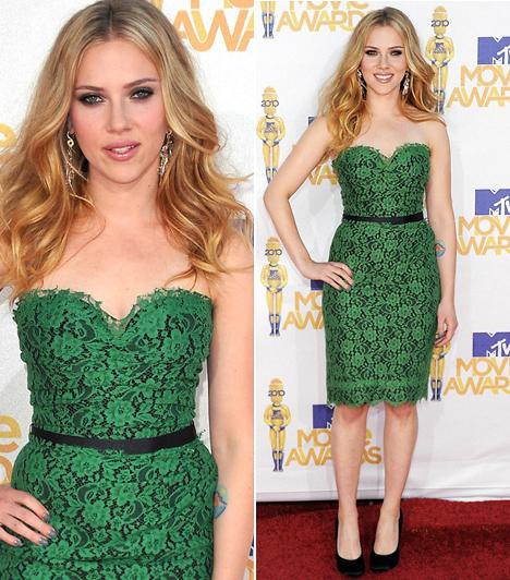 Scarlett Johansson  A dögös színésznő a 2010-esMovie Awardson viselt utoljára zöldet, pedig ez a csipkés, fűzöld Dolce & Gabbana-kreáció mesésen mutat rajta. A merész szín nem csak hogy kiemeli haja és szeme színét, de a pánt nélküli megoldás és a fekete deréköv elegánsan hangsúlyozza nőies homokóra-alakját is.  Kapcsolódó cikk: A szakítás miatt? Scarlett Johansson igazán drámai változáson esett át »