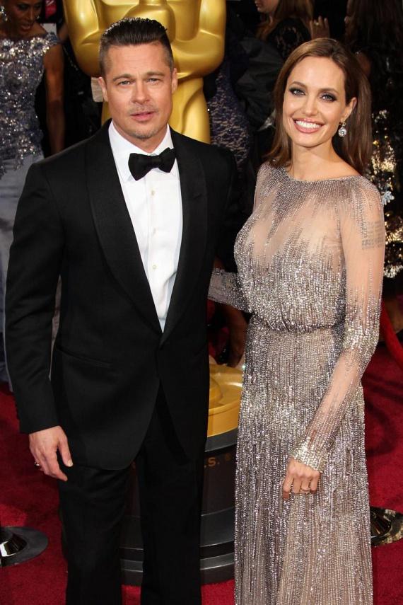 Angelina Jolie és Brad Pitt az ezredforduló utáni évek legkörülrajongottabb álompárja voltak, ám idén az ő útjaik is különváltak. 12 év együttélésnek és két évig tartó házaséletnek vetett véget Jolie, amikor szeptemberben benyújtotta a válópert kibékíthetetlen ellentétekre hivatkozva.