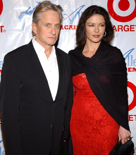 Catherine Zeta-Jones és Michael Douglas  Michael Douglas 2000. november 18-án vette feleségül a nála 25 évvel fiatalabb walesi színésznőt. Szerelmük 2013 nyarán válságba került, Douglas elköltözött otthonról.