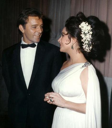 Elizabeth Taylor és Richard Burton  Elizabeth Taylor nyolc alkalommal házasodott meg, Richard Burtonnel pedig két alkalommal is az oltár elé állt. Először 1964 és 1974 között voltak férj és feleség, majd egy év szünetet követően 1975-ben újra összeházasodtak, ám frigyük 1976-ban szintén válással végződött.