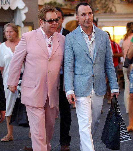 Elton John és David Furnish                         A brit énekes-dalszerző 1993-ban ismerkedett párjával, David Furnish-sel, akivel azóta is boldog párkapcsolatban él. Hivatalos élettársakká azonban csak 2005. december 21-én váltak.