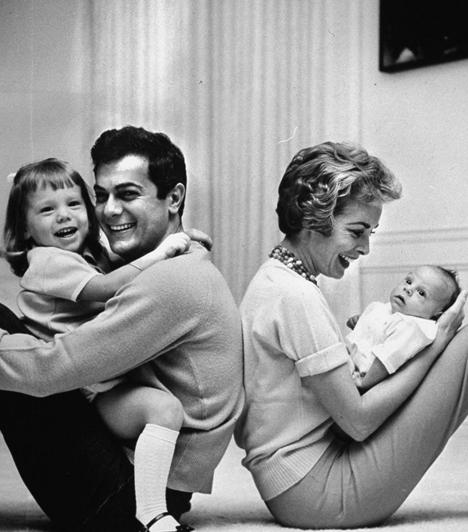 Janet Leigh és Tony Curtis  A Psycho legendás színésznője 1951-ben kötötte össze életét Tony Curtis-szel, majd egy évtized múltán 1962-ben váltak el. A sztárpár mindkét gyermeke, Kelly és Jamie Lee Curtis is színész lett.  Kapcsolódó cikk: Jamie Lee Curtis elképesztően szexi 51 évesen is »