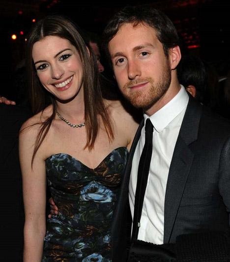 Anne Hathaway és Adam Shulman  Sokan nem sejtettek őszinte érzelmeket Adam Shulman közeledése mögött, amikor 2008-ban meghódította a világhírű színésznőt, ám kapcsolatuk minden próbát kiállt, és azóta már jegyben járnak.  Kapcsolódó cikk: Micsoda gyémántgyűrű! 3 év után végre megkérték Anne Hathaway kezét »