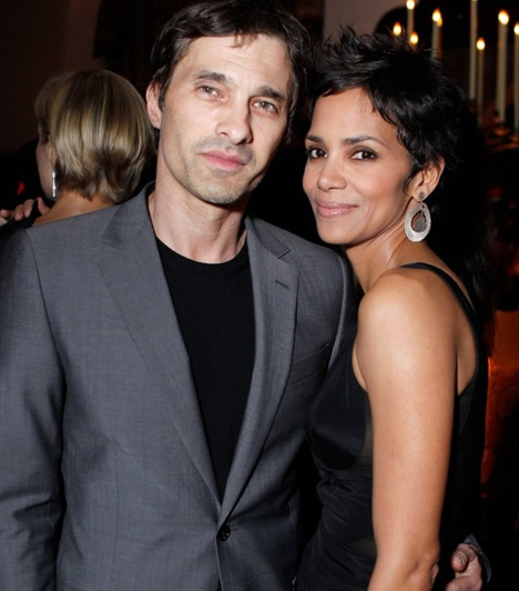 Halle Berry és Olivier MartinezA két színész 2010-ben ismerkedett meg, közös filmjük, a Dark Tide forgatásán. Azóta egyre nagyobb a szerelem, és bennfentesek szerint már az esküvőjüket tervezik.