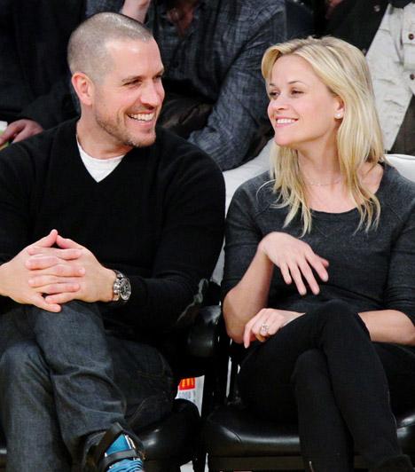 Reese Witherspoon és Jim Toth  A Dr. Szöszi sztárja 2010 januárjában kezdett el találkozgatni az ügynökként dolgozó Jimmel, de kapcsolatuk gyorsan komolyra fordult: 2011 tavaszán, egy mindössze 20 perces ceremónián házasodtak össze.  Kapcsolódó cikk: Csak 20 perces volt az esküvő! A hétvégén titokban ment férjhez az ismert színésznő »