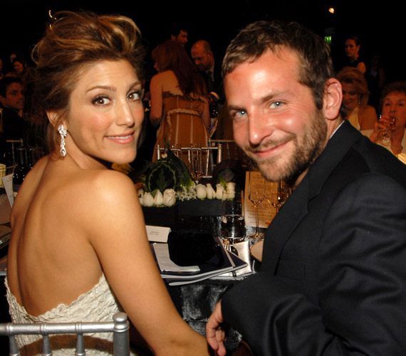 Bradley Cooper 2006 decemberében egy év után vette feleségül Jennifer Espositót, azonban a színésznő 2007 májusában beadta a válási kérelmet a bíróságra, a válást 2007 novemberében mondtak ki.