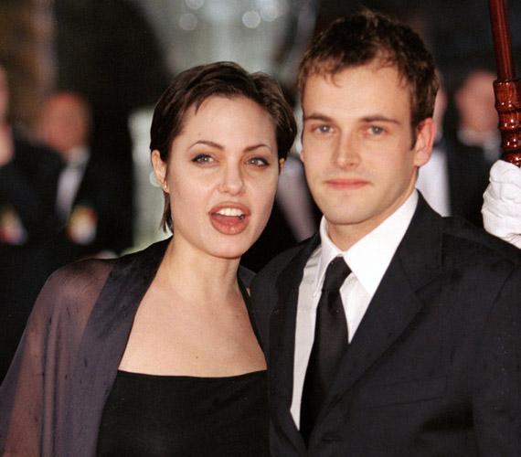 Angelina Jolie 1995-ben találkozott első férjével, a Transpotting szereplőjével, Jonny Lee Millerrel. Ekkor olyan pólóban jelent meg a nyilvánosság előtt, amelynek hátuljára saját vérével írta fel a férfi nevét.