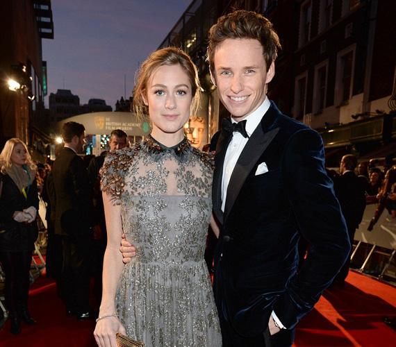 Eddie Redmayne, aki végül hazavihette a legjobb színésznek járó díjat a BAFTA-n, feleségével, Hannah Bagshawe-vel érkezett az eseményre. A 33 éves színész 2014 decemberében vezette oltár elé kedvesét.