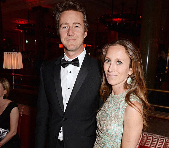 Edward Norton, akit a legjobb mellékszereplő kategóriában jelöltek a Birdman című filmben nyújtott alakításáért, szintén feleségével érkezett. A 45 éves színész Shauna Robertsont hat év járás után, 2012-ben vette el, fiuk, Atlas egy évvel később született.