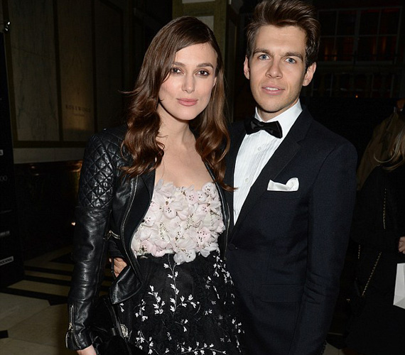 A várandós Keira Knightley egy virágos, bő ruhában érkezett a BAFTA-ra férje, James Righton társaságában. A zenésszel 2011-ben ismerkedett meg, két évvel később mondták ki az igent, jelenleg első gyermeküket hordja a szíve alatt.