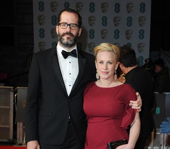 Patricia Arquette, aki megkapta a BAFTA-n a legjobb mellékszereplőnek járó díjat, párjával, Eric White-tal pózolt a fotósoknak. A 46 éves színésznő kétszer volt már házas, két gyermeke van.