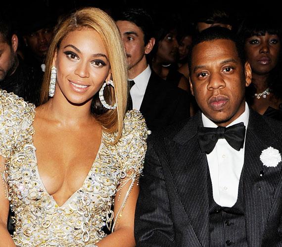 Jay-Z és a nála 12 évvel fiatalabb Beyoncé sokáig titkolták kapcsolatukat, a házasságra is a nyilvánosság kizárásával kerítettek sort 2008-ban. Azóta egy kislányuk született, és úgy tűnik, még mindig nagy a szerelem a két sztár között.