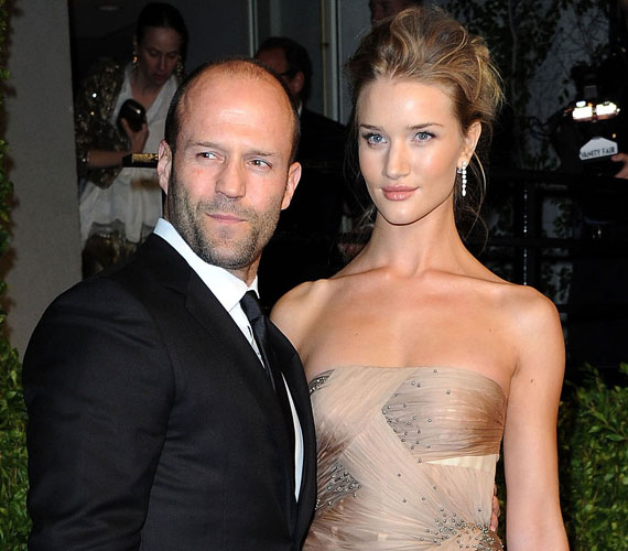 Jason Statham kétségkívül sármos, de nem tipikus szépfiú. A 47 éves angol színész a hosszú kapcsolatok híve, hét évig járt Kelly Brook modellel, majd 2010 óta egy másik gyönyörű modell, Rosie Huntington-Whiteley a párja. A 28 éves angol szépség nemrégiben egy interjúban árulta el, imádja kedvese humorát és hogy mindig meg tudja nevettetni, emellett igazi jó barátok is, nem csak szerelmesek.