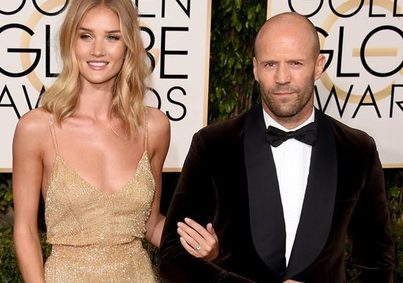 Rosie Huntington-Whiteley a Golden Globe-on villantotta meg először hatalmas gyémántgyűrűjét, amivel szerelme, Jason Statham hat év után végre eljegyezte.