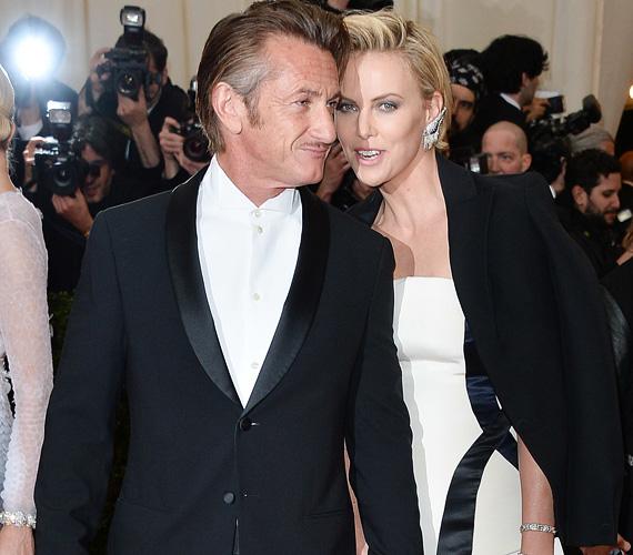 Charlize Theron és a nála 15 évvel idősebb Sean Penn kapcsolata viszonylag új keletű: a két sztár valamikor 2014 elején jött össze, első nyilvános megjelenésük párként a márciusi Oscar-díjkiosztót követő egyik afterpartin volt, a Beverly Hills-i Vineyard birtokon.