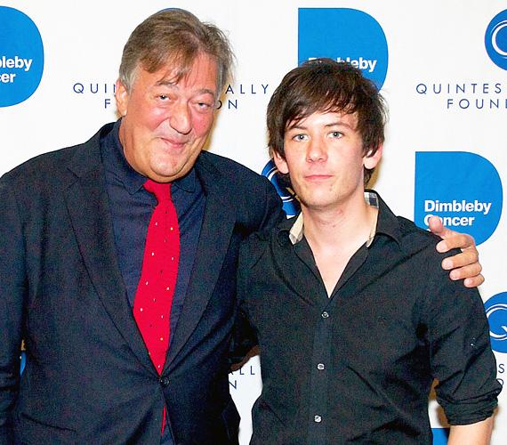 """Az 57 éves Stephen Fry 2015 januárjában vette el 30 évvel fiatalabb párját egy titkos ceremónián. """"Elliott Spencer és én még két emberként mentünk be egy szobába, majd már egyként jöttünk ki. Lenyűgöző"""" - írta a frigy után a Twitteren. Az angol színész-humorista tavaly nyáron ismerkedett meg a fiatalemberrel, aki annyi kudarc után ismét szerelmet vitt az életébe."""
