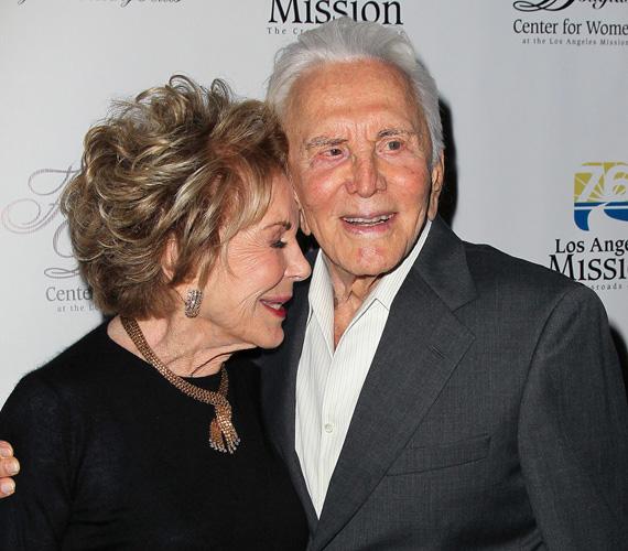 Kirl Douglas akkor találkozott Anne Buydens-szel, miután elvált első feleségétől, majd 1954-ben összeházasodtak. Persze nekik is voltak rosszabb időszakaik: a színész eleinte hűtlenkedett, 1996-ban stroke-ot kapott, 2004-ben pedig Eric fiuk túladagolásban elhunyt. De rengeteg jó emléket is őriznek, tavaly pedig a színész fia, Michael Douglas csapott nekik egy hatalmas bulit a 60. házassági évfordulójukra.