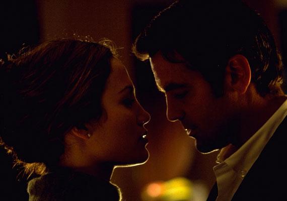 George Clooney az 1998-as A mint a kámfor című filmben ejtette rabul Jennifer Lopez szívét. A színésznőt nem hatotta meg, hogy a világ egyik legsármosabb pasijával dolgozhat együtt, sőt, a film elkészülte után kijelentette, egyáltalán nem élvezte vele a csókjeleneteket és az intim pillanatokat.