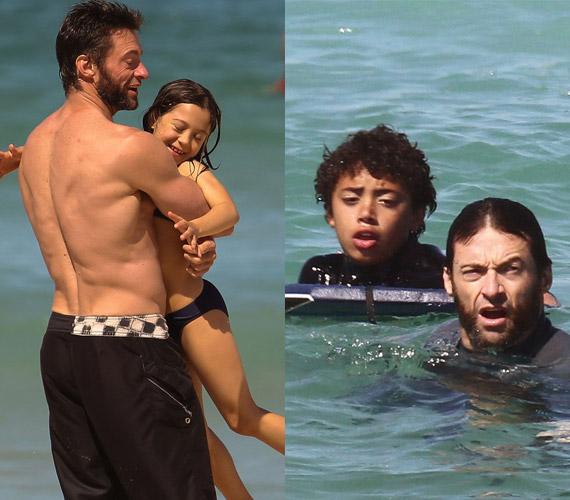 Hugh Jackman is önfeledten viháncol gyermekeivel a strandon. Bár idősebb feleségével nem lehetett gyermekük, örökbe fogadtak egy kislányt és egy kisfiút.