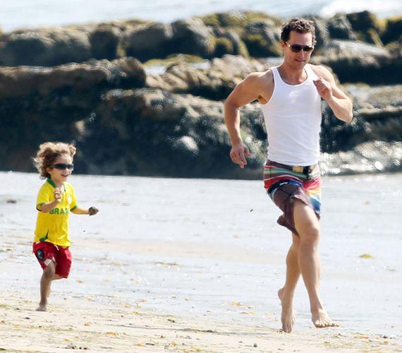 Levi McConaughey próbált lépést tartani edzett papájával, akik szintén a parton töltötték a szabadidejüket.