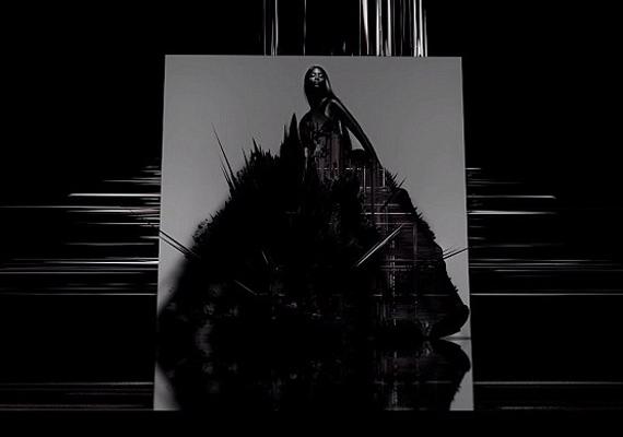 A gyönyörű Naomi Campbell testesíti meg a büszkeséget, egy japán tervező, Yohji Yamamoto által megálmodott, ébenfekete estélyi ruhában.