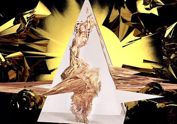 Az aranyhajú Karlie Kloss alakítja a kapzsiságot, mi másban, mint arany ruhában, és nyakig arany kiegészítőkbe burkolva.
