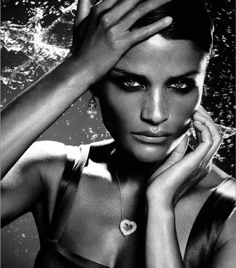 Helena Christensen  A dán bombázót 18 éves korában választották meg hazája szépségkirálynőjének, egy évvel később pedig Párizsba utazott, hogy modellnek álljon. A 90-es években magazinok borítóján bukkant fel és a Victoria's Secret angyalai közé tartozott. Kapcsolódó sztárlexikon: Ilyen volt, ilyen lett: Helena Christensen »