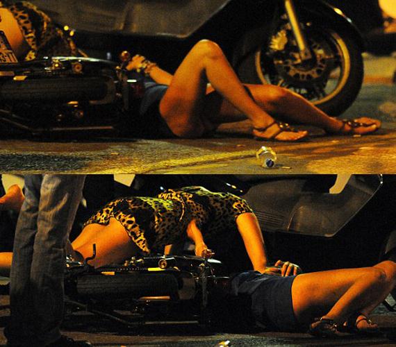 Kobaltkék ruhája felhúzódott, amikor elesett, és percekig hevert a földön.
