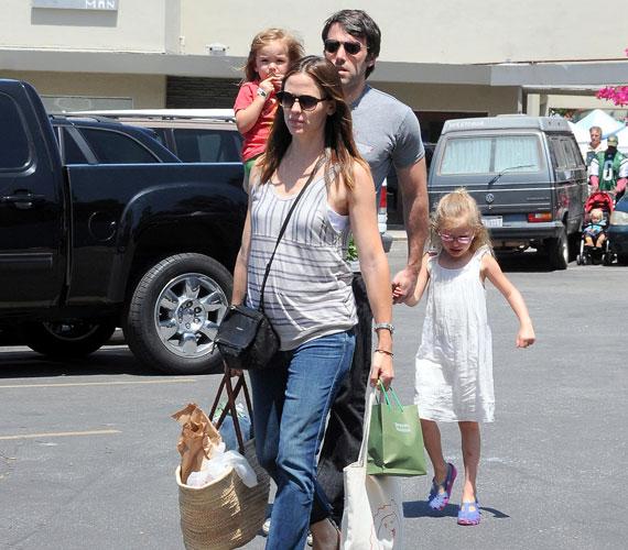 Augusztus 23-án derült ki hivatalosan, hogy Jennifer Garner harmadik gyerekével várandós. Szeptember végén pedig azt mondta, hogy két kislány után egy harmadik lánynak örülne jobban.
