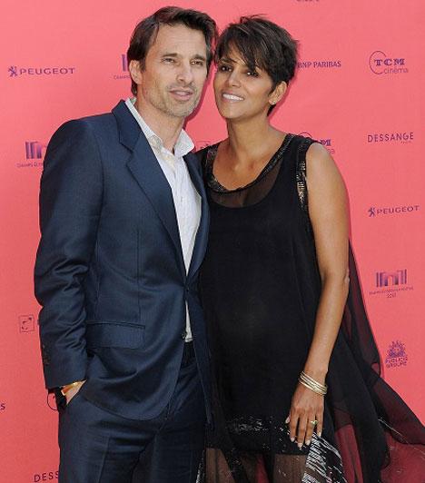 Halle Berry  Az amerikai színésznő július 13-án nagy pocakkal mondta ki az igent Olivier Martinez francia színésznek, akitől október 5-én kisfia született. A babát Maceo Robert-nek keresztelték.  Kapcsolódó cikk: Megszületett a 47 éves színésznő kisfia »