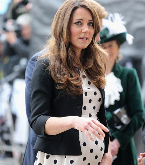 Kate Middleton  A cambridge-i hercegné babapocakjának növekedését élénk érdeklődés övezte, ennél csak ez érdekelte jobban az alattvalókat, kislány vagy kisfiú lesz-e a trónörökös. George Alexander Louis, vagyis György Sándor Lajos július 22-én jött világra.  Kapcsolódó cikk: A kis herceg arcát is megmutatta Katalin és Vilmos »