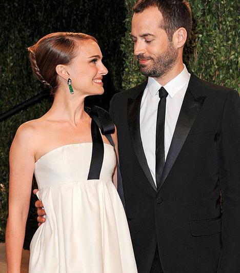 Natalie Portman és Benjamin MillepiedAz első pletykák egy titkos esküvőről akkor röppentek fel, amikor a sztárpár a 2012-es Oscaron jegygyűrűben mutatkozott. Néhány nappal később aztán maga az ékszerész jelentkezett, aki elárulta, igen, valóban jegygyűrűt viselt a színésznő és táncos kedvese. Végül 2012 augusztusában egy zsidó ceremónia keretén belül megtörtént az esküvő, amiről utólag a sajtót is értesítették.