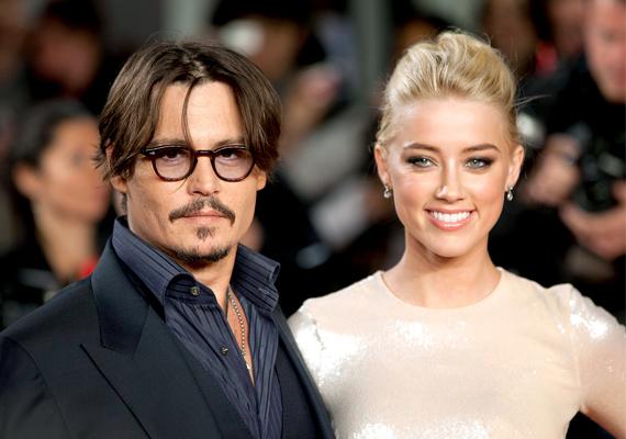 Jonny Depp sem verte nagydobra, amikor elvette szép szőke feleségét, Amber Herardöt Los Angeles-i otthonukban.