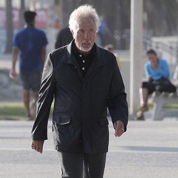 Feketében gyászolja egy hónappal ezelőtt elhunyt szerelmét Tom Jones. A színész-énekes mélabúsan, beesett arccal és szomorú tekintettel andalog Santa Monica utcáin.