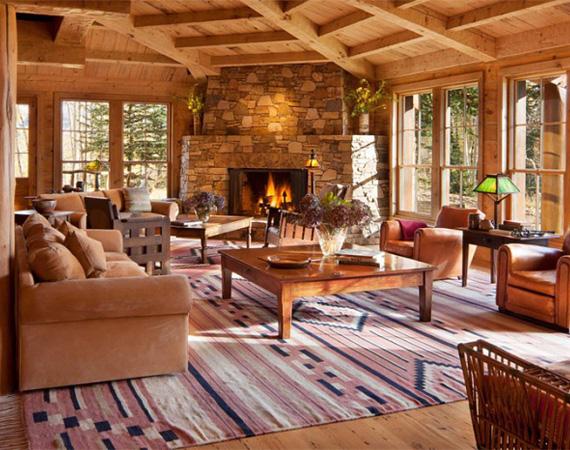 A belső terek rusztikus berendezésűek, sok fával, bőrrel és kézzel szőtt szőnyegekkel. Az uralkodó szín a barna, a hatalmas ablakok pedig biztosítják, hogy a helyiségek elegendő természetes fényt kapjanak.