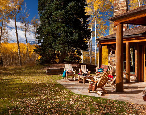 A coloradói hegyek között festői környezetben, a város zajától távol található a luxusház, a vendégek a verandán élvezhetik a természet közelségét és beszívhatják a friss hegyi levegőt.